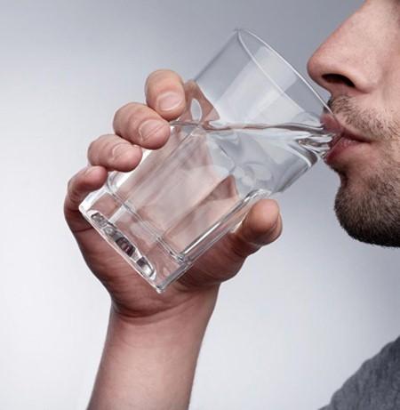 Uống nhiều nước có thể ngăn chặn và hạn chế được chứng bệnh khó chịu này.