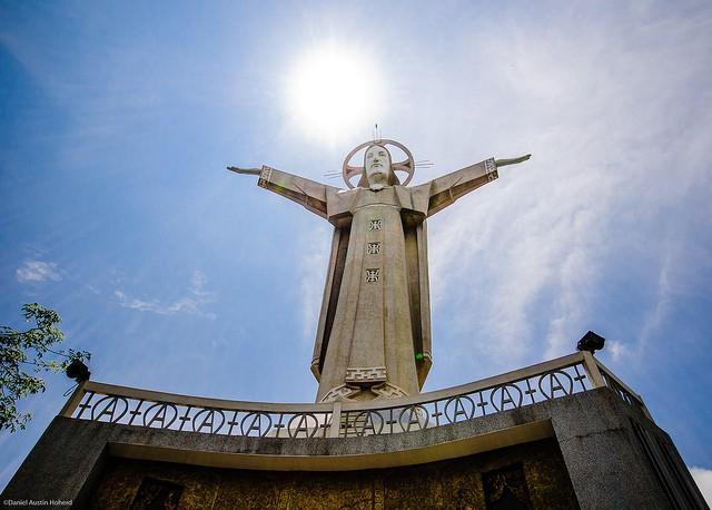 Tượng Chúa dang tay, Vũng Tàu, Việt Nam: Bức tượng có chiều cao 32 m đứng trên bệ cao 4 m này nằm ở đỉnh núi Nhỏ ở Vũng Tàu. Chiều dài sải tay của bức tượng là 18,3 m. Trong tượng có cầu thang 133 bậc cho phép du khách leo lên công trình ấn tượng này.