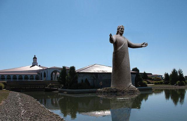 """Tượng Lux Mundi (nghĩa là """"Ánh sáng của thế giới"""") cao 15,8 m được xây dựng thay thế tượng cũ và hoàn tất vào năm 2012."""