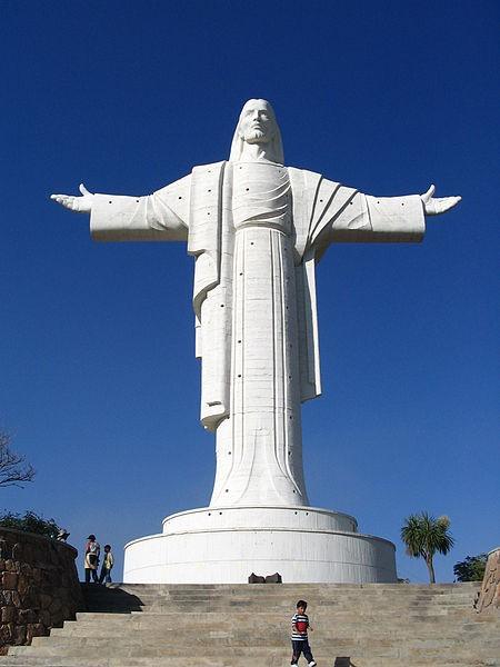 Tượng Cristo de la Concordia, Bolivia: Tượng chúa Jesus nằm trên đỉnh đồi San Pedro, thành phố Cochabamba có tổng chiều cao lên tới 40,44 m. Tay trái của tượng chỉ về phía Nam và tay phải chỉ về phía Bắc.